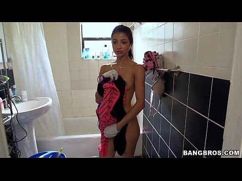 Novinha em um porno vidios toda pelada no banheiro
