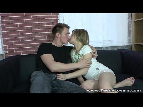 Novinha mulher trepando com seu namorado
