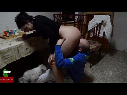 Rapaz faz sexo com menina na cozinha