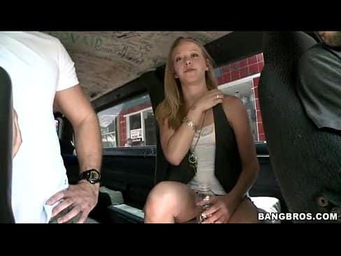 Safada gracyanne barbosa nua dentro do carro fodendo