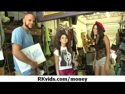 Novinha se pegam por dinheiro