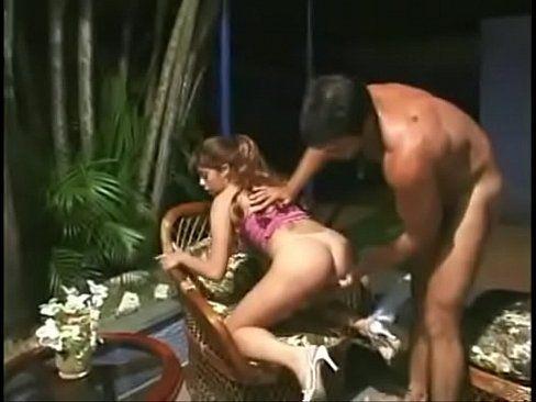 Macho fode com sua filha gostosa ao ar livre