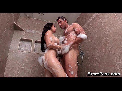 Morena bem gostosa do sanbaporno faz sexo no banho