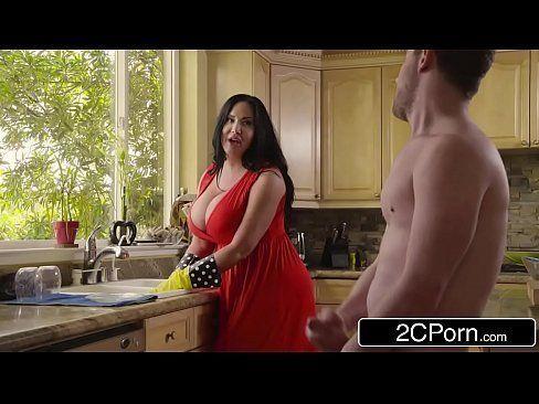 Na cozinha gordinha sexy fode com o rapaz da pica dura