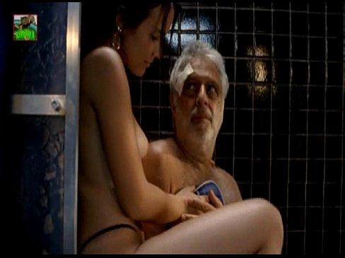 Linda juliana knust nua com um velho querendo a comer