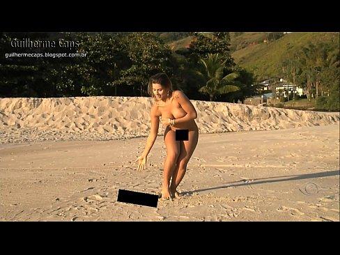 Na praia ana paula pelada se banhando
