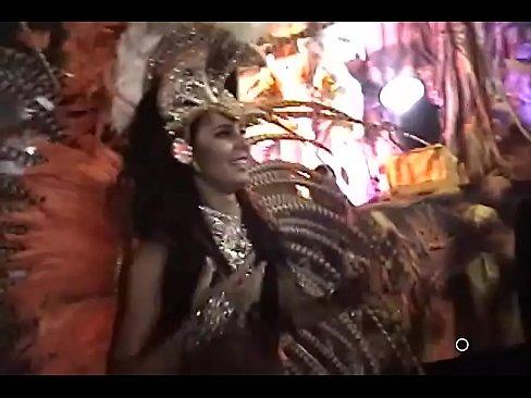 No carnaval gostosa lorena bueri nua com o peitinho a mostra