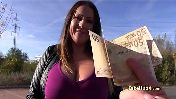 Bela coroa dos mamilos bicudos em sexo por dinheiro