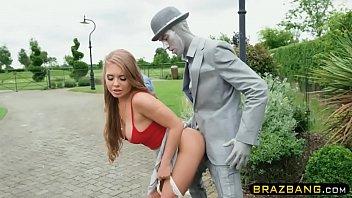 Bem boa novinha na pica da estatua do parque