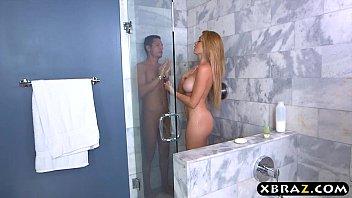 Rapaz com sua namorada gostosa no banho fodendo