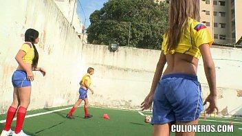 Bela cadelas no campo de futebol em um videos heroticos