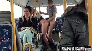 No ônibus cara soca a pica gostosa na namorada