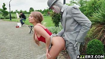 Mulher goxtosas dando para a estatua