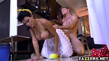 Macho socando pica na empregada doméstica gostosa