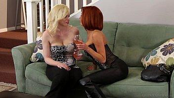 Belas novinhas sex em uma foda no sofá