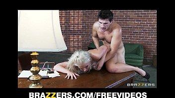 Macho recebe massagem no penis com o cu da loira