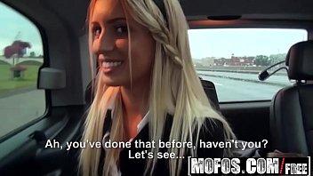 Duas novinhas com cara no freeporno fodendo no carro